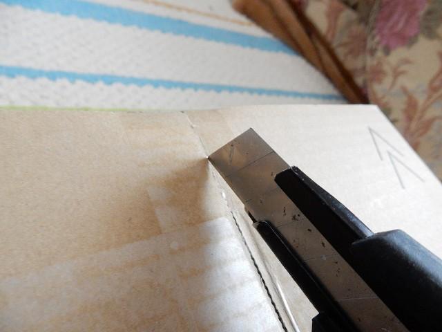 【豆知識】ダンボールの開梱。カッターの刃は垂直ではなく斜めに入れましょう!